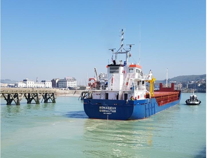 Entrée d'un navire marchand au Tréport à côté d'un bateau de pêche. Au fond, la gare ferroviaire – DBZ 2019